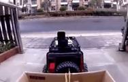 Video: Dùng xe điều khiển từ xa để mua thức ăn trong mùa dịch corona