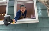 Mùa dịch đi ngang khung cửa sổ, người đi đường nhận được cà phê miễn phí