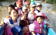 Những đứa trẻ Việt ở Campuchia vượt lũ đến trường