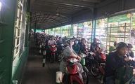Dân Sài Gòn nườm nượp qua phà, ra bến xe chơi lễ