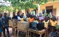 Quà tặng cho thầy giáo dạy tin học không bằng máy tính ở Ghana