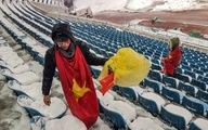 Cổ động viên Việt Nam nhặt rác giữa mưa tuyết sau trận chung kết