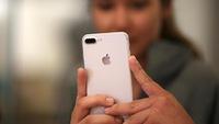 Lỗ 'bí mật' cạnh camera trên điện thoại iPhone là gì?