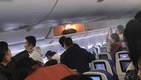 Choáng với cục sạc dự phòng bốc cháy trên máy bay
