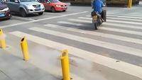 Dùng cảm ứng phun nước ngăn người đi bộ sang đường ẩu
