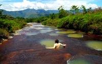 Clip du khách trượt xuống hố sâu trên sông kỳ dị ở Colombia