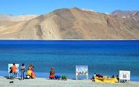 Lặng người với màu xanh huyền ảo ở hồ Pangong