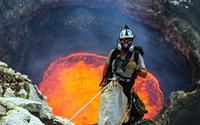 Nhiếp ảnh gia 'gan trời' chụp ảnh trên miệng núi lửa