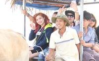 Độc đáo xe bò chở khách du lịch dọc bờ biển dịp Tết