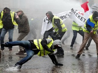 Áo vàng bạo loạn đối đầu cảnh sát ở Paris