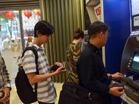 Đến hẹn, nhiều ATM lại bỗng dưng trục trặc, hết tiền