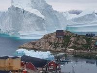 Rùng mình với tảng băng trôi đe dọa cả làng ở Greenland