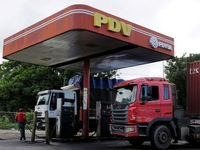 Dân Venezuela xếp hàng dài chờ mua xăng