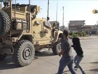Lính Mỹ bị dân Kurd ném đá, ví như