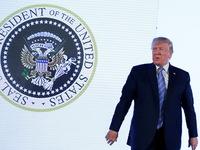 Ông Trump phát biểu trước huy hiệu tổng thống bị chỉnh sửa