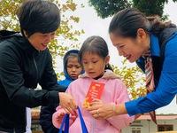 800 phần quà tết của bạn đọc Tuổi Trẻ đến với học sinh nghèo Tây Bắc