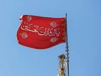 """Sự thật về cờ đỏ máu """"lần đầu treo"""" trên thánh đường ở Iran"""