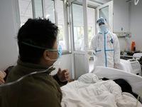 """Bác sĩ ở """"tâm dịch"""" Vũ Hán nói gì về những ca bệnh chết trẻ, tái nhiễm?"""