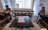 Quán bia, cà phê ở Hà Nội kê lại bàn ghế, ngồi cách nhau cả mét