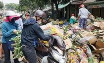 Vỡ trận, chợ hoa sỉ lớn nhất Sài Gòn thành núi rác chiều 30 Tết