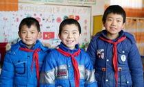 Ngôi làng chỉ còn 3 trẻ em chơi với nhau