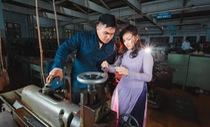 Chụp ảnh kỷ yếu ở... xưởng cơ khí