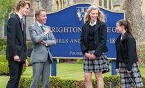Trường học Anh cấm học sinh uống nước bằng chai nhựa
