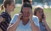 Thầy giáo Mỹ xô ngã kẻ xả súng trong trường cứu học trò