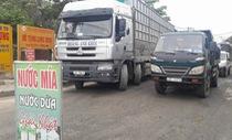 Người dân Đà Nẵng dựng rào chặn xe tải phản đối ô nhiễm