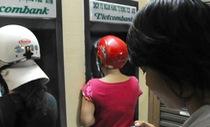 Yêu cầu bốn ngân hàng 'bắt tay' tăng phí rút tiền nội mạng ATM báo cáo