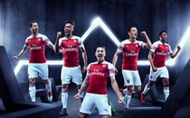 Sao Arsenal mặc... ngược quần lúc ra mắt áo đấu mùa mới