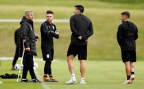 Vì sao HLV Tabarez của tuyển Uruguay đi nạng?