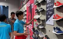 Cầu thủ nữ Việt Nam đi trung tâm mua sắm... ngắm đồ vì chưa có tiền thưởng