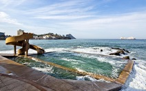 Trải nghiệm hồ bơi 100 năm tuổi  'nằm trong' biển