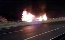 Xe giường nằm cháy ngùn ngụt trên Quốc lộ 1A