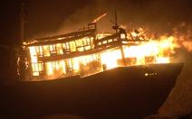 Hai tàu cá Quảng Ngãi cháy rụi trong đêm