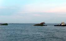 Cứu 8 người trên sà lan bị tàu Singapore đâm gãy đôi