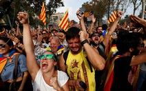Người dân Catalonia ăn mừng khi tuyên bố độc lập với Tây Ban Nha