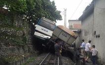 Va chạm xe lửa chở than, xe khách 'lơ lửng' giữa kè đá