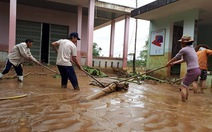 Nước rút dần tại rốn lũ Đại Lộc, người dân hì hục dọn bùn