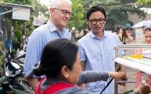 Thủ tướng Úc ăn bánh mì lề đường, thích 'hương vị đồ ăn Việt'