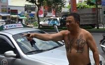 Tài xế taxi dù chặt chém khách, cởi đồ phản đối thanh tra giao thông