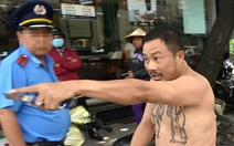 Clip tài xế taxi dù cầm dao rọc giấy rượt thanh tra giao thông