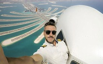 Chàng phi công bảnh trai chụp ảnh tự sướng ngoài buồng lái