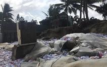 Bờ biển Cửa Đại bị sóng đánh tan nát