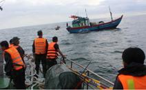 Kéo tàu cá vô chủ bị chìm vào bờ