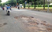 Đường nội bộ Đại học Quốc gia TP.HCM loang lổ ổ gà