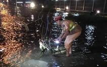 CSGT Hà Nội đẩy xe giúp dân qua vùng lũ trong đêm