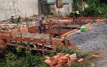 Xây cầu bê tông vào nhà ảnh hưởng xung quanh, giải quyết sao?