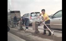 Đề nghị xử lý tài xế tháo dải phân cách cầu Thanh Trì